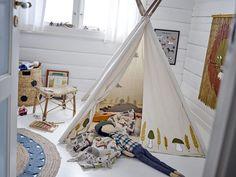Kan je kinderkamer nog wel een upgrade gebruiken? Deze wanddecoratie van het merk Bloomingville zorgt voor de kinderkamer van je dromen. Mega cute & bovendien ontzettend goed te combineren op verschillende manieren. De wanddecoratie is uniek en kwalitatief hoogwaardig. Wacht niet langer en breng deze musthave bij je thuis! Rattan, Farm Toys, Beautiful Interiors, Toddler Bed, Kids Rugs, Children, Mini, Nature, Design