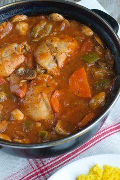 Stoofschotel met kip 6 kippenbouten of kippendijen 2 uien 2 teentjes knoflook 1 courgette 1 winter wortel 200 gram champignons 750 ml kippenbouillon scheut witte wijn (ongeveer 30 ml) blik tomatenblokjes (400 gram) 2 eetlepels tomatenpuree 1 theelepel tijm 1 theelepel oregano peper en zout eventueel 1,5 eetlepel maizena om de saus de binden