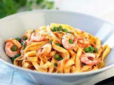 Recept på räkpasta med tomat och ärter. En extra snabblagad rätt blir det med färdigskalade räkor i lag.