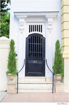 13 Beautiful Photos of Charleston's Historic Homes - Explore Charleston Blog Southern Architecture, Facade Architecture, Front Door Planters, Traditional Front Doors, Charleston Homes, Woodworking Inspiration, Beautiful Interior Design, Architectural Features, Home