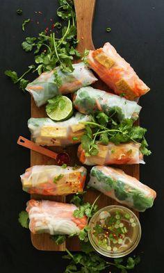 Springroll original Avec le springroll façon banh-mi composé de carottes, de coriandre, de vermicelles, de dés de poulet, de citron vert à dipper dans une sauce légère au vinaigre à base d'oignon, vous allez être la reine de la soirée !