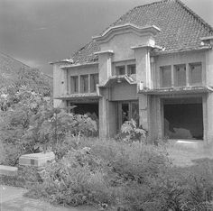 Verwoest huis in Bandoeng. Lembang, Dutch East Indies, Colonial Architecture, Old City, Java, Netherlands, Tropical, History, House Styles