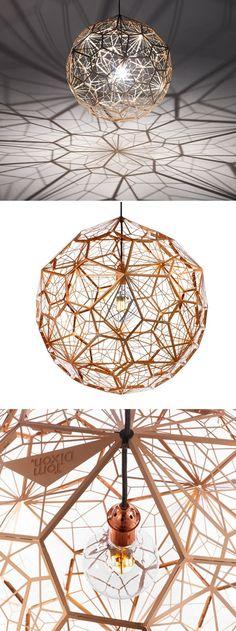 """Suspension Etch Web de chez Tom Dixon """"Etch Web"""" est le nom de cette superbe suspension de chez Tom Dixon. Cette lampe en cuivre anodisé est constituée de"""