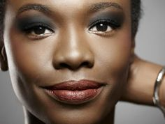 Passo a passo de maquiagem rápida e chique para peles negras - VilaClub