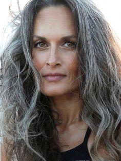 coiffure cheveux gris femme 50 ans