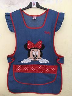 Modelo Mezclilla clara  Bordado,Mimi Kids Dress Up, Baby Dress, Sewing Hacks, Sewing Projects, Scrubs Outfit, Childrens Aprons, Apron Designs, Cute Aprons, Girl Dress Patterns