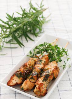 Pinchos de pollo Tandoori Chicken, Chicken Wings, Meat, Ethnic Recipes, Food, Chicken Kabobs, Essen, Meals, Yemek