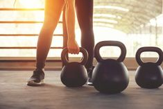 Fitness training with kettlebell in sport gym. Kettlebell Circuit, Kettlebell Training, Kettlebell Swings, Yoga, Training Apps, Best Workout For Women, Coach Sportif, Design Poster, No Equipment Workout