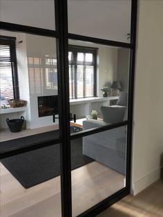 Strakke haard, open haard met liftdeur, stalen deuren - Interieuradvies by DHome