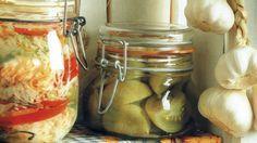 Počas sezóny je k dispozícii čerstvá zelenina zo záhrady, na mimosezónne obdobie si ju môžeme rozličným spôsobom zakonzervovať. Určite máte svoje osvedčené recepty na výrobky, ktoré u vás nemôžu chýbať. My vám na spestrenie sortimentu prinášame niekoľko tradičných aj netradičných návodov nielen na zaváranie. Mason Jars, Favorite Recipes, Homemade, Canning, Russian Recipes, Food, Polish, Enamel, Home Made