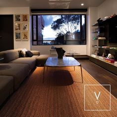 [ Copper Crush ] A stunning space brought to life with our Verdi weaves and beaming copper fibers. Be welcome at home than with your own lit up floors. (Home designed by @schaller_oficial ) #VerdiDesign #WeavingIntoNature #Metal #NaturalFiber #Rugs #Copper #Handmade #MadeInColombia #Handcrafted #Metallic #Carpet #Textiles #Weaves #Bespoke #BespokeRug #Design #Interior #InteriorDesign #Art #Architecture #InteriorArchitecture #Colombia