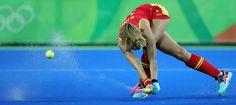 María López de España lanza la pelota en un momento del partido de hockey sobre…