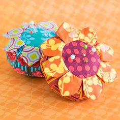 Lots of cute pincushion ideas on this site. Bright+fabrics+and+a+cute+design+make+for+a+can't-miss+pincushion.+The+pattern+has+an+ordinary+round+base+with+pretty+petals+sewn+around+the+top,+creating+a+colorful+flower.+The+project+and+fabrics+are+a+creation+from+Anna+Marie+Horner.