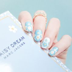 Marc Jacobs Daisy Dream Nails. Click though for how-to.
