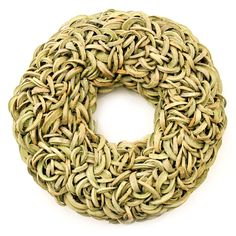 Stoere krans gemaakt metde steenvrucht van de kokospalm. Delen van deze vrucht worden op zo'n manier verwerkt dat de krans oogt als een gevlochten geheel.  Deze groene krans is verkrijgbaar in diverse afmetingen.  De achterzijde is afgewerkt met sisalen heeft een metalen ring voor het makkelijk ophangen van de krans. Kransen gemaakt van natuurlijke materialen. woonaccessoires of muurdecoratie.  Woonkamer inspiratie en Interieur ideeën
