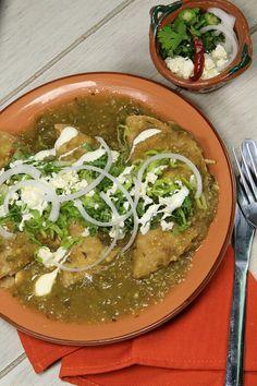 Una de las comidas que más se antojan en este mes de septiembre, es la comida tradicional mexicana, rica en sabores y colores. La receta de enchiladas verdes que aquí te presentamos es fácil de hacer, rápida y muy económica. Aquí aprenderás el cómo hacer enchiladas verdes con pollo.