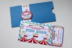 """Convite no tema """"Circo"""", confeccionado em papel 180g, com envelope fechado com tag persoanlizada e convite interno em formato de ticket."""