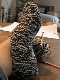 Light slippers with remaining wool # Wool # Restoration Knitting is a method by Knitting Stitches, Knitting Socks, Free Knitting, Knitting Patterns, Baby Leggings, Crazy Socks, Knitted Slippers, Diy Crochet, Dressmaking