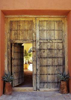 on sent de la hauteur et de la fraîcheur derrière cette porte       Envers du Decor