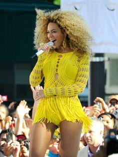 Beyonce con un llamativo vestido de crochet en amarillo.