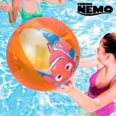 Www.regalosom.com  En la playa, piscina, en el jardín... Horas de diversión en familia con la pelota hinchable Buscando a Nemo. ¡No puedes quedarte sin ella! Dispone de válvula de seguridad. Fabricada de vinilo resistente. Edad recomendada: +2 años. Diámetro aprox.: 51 cm.