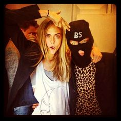 Cara Delevingne poses with Harry Styles backstage, in a balaclava, at Burberry LFW show Cara Delevingne Harry Styles, Cara Delevingne Photos, Cara Delevingne Style, Harry Styles Fotos, Harry Styles Pictures, Burberry, One Direction, Star Wars, Thing 1