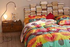 Cabecero de cama hecho con libros apilados. DIY DecoraLola