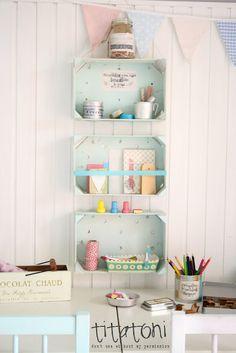 des cagettes en petit bois récupérées sur le marché et peintes = des petites étagères d'expo sympa