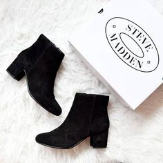 The best way to start your day is with a great delivery at your door! 😍 These are my new classical suede ankle boots. As comfortable and classy as it gets! And now on the blog there is a shopping guide with all my favorite ankle boot styles for this season to help you pick yours! Take a look on the petitecat.com 💕 #stevemadden #stevemaddeneu