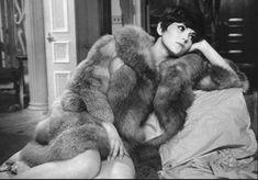 """""""Cowboy de medianoche"""" (Midnight Cowboy, 1969) fue uno de los primeros trabajos de Ann Roth como diseñadora de vestuario en cine. El guión de la película exigía a Brenda Vaccaro desnudarse por completo en una de las escenas, pero la actriz lo rechazó. La solución de Roth fue que Vaccaro cubriera su cuerpo desnudo con un abrigo de piel de zorro rojo, pieza que la diseñadora consiguió por 200 dólares 🌃🤠🦊"""
