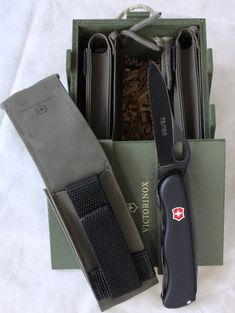Victorinox Pocket Knife, Victorinox Knives, Victorinox Swiss Army, Cool Knives, Knives And Swords, Outdoor Survival Gear, Everyday Carry Gear, Edc Knife, Tactical Knives