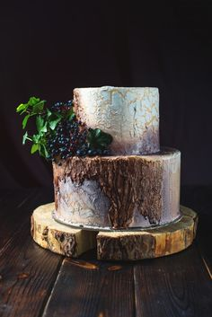 Wedding cake in the form of stump wood and bark. Download it at freepik.com! #Freepik #photo #food #leaf #cake #bird
