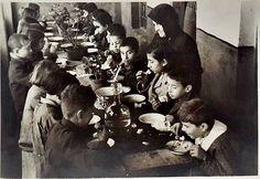 İstanbul'da bir okul yemekhanesinde öğlen yemeği(Darüşşafaka?- 1950 öncesi...)  #istanlook