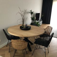 Discover recipes, home ideas, style inspiration and other ideas to try. Dining Room Design, Interior Design Living Room, Living Room Decor, Interior Decorating, Black Round Dining Table, Room Inspiration, Home Decor, Kitchen, Ideas