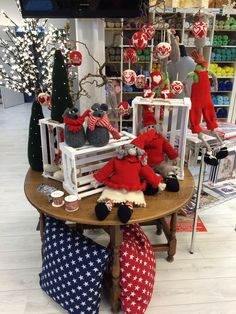 Et bord fyldt med kreative juledekorationer. Nisser, mus, julekugler fra Arne & Carlos samt meget mere!