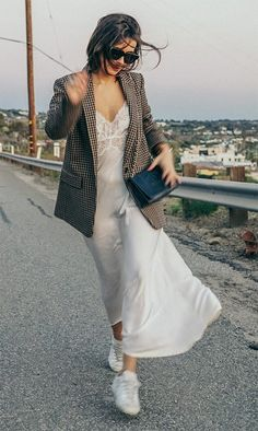 Street style look Sara Escudero. Blazer Outfits Casual, Stylish Outfits, Casual Pants, Slip Dress Outfit, The Dress, Dress Outfits, Slip Dresses, Swag Dress, Dress Shoes