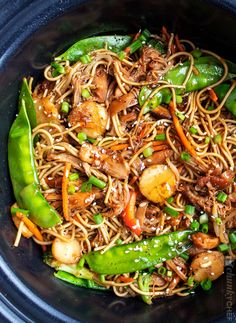 Easy Crockpot Chicken Lo Mein - The Chunky Chef This Crockpot Chicken Lo Mein is the perfect weeknight meal! Packed with bold flavors, plenty of veggies, and with only 20 minutes of actual work, it's a much better alternative to Chinese takeout. Crockpot Chicken Healthy, Healthy Crockpot Recipes, Slow Cooker Recipes, Chicken Recipes, Cooking Recipes, Crockpot Meals, Crockpot Dishes, Chicken Meals, Chef Recipes