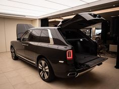 Rolls-Royce Cullinan: clamshell trunk design opens very wide and supports up to on the tailgate Rolls Royce Suv, Rolls Royce Black, Rolls Royce Motor Cars, Audi, Porsche, Lamborghini, Bugatti Cars, Rolls Royce Phantom Drophead, Vintage Rolls Royce
