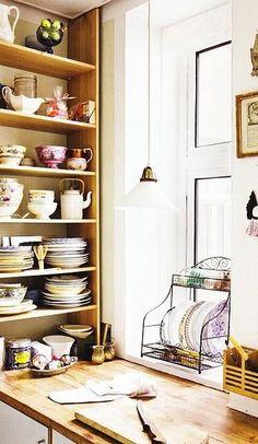 """Desde las cocinas mas vanguardistas a las del mas puro estilo vintagelos estantes abiertos son tendencia.Aunque en España tenemos todavía la idea de todo """"cuanto mas limpito mejor""""cada vez vemos mas cocinas que se atreven a dejar a la vistavajilla..."""