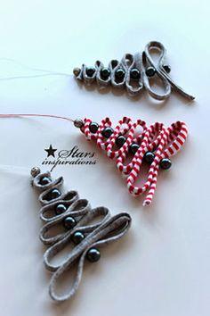 Petits sapins de Noël avec des perles et du ruban