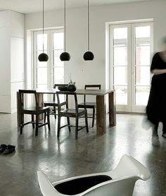 Les 3 suspensions alignées délimitent l'espace repas (Norm Architects)