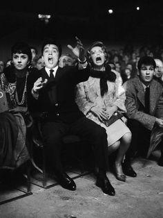 1961. Alain Delon est un passionné de boxe et il vit les matchs intensément comme ici sur la photo. Plus tard il organisera même des matchs de boxe dont celui de Jean-Claude Bouttier contre Carlos Monzon en 1972 et la revanche en 1973. Photo : Philippe Le Tellier / Paris Match