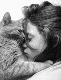Love between a woman and her cat captured perfectly in a photograph.