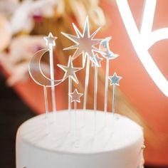 J+S TROUWEN TIJDENS DE FEESTDAGEN | Studio Spruijt Celestial Wedding, Floral Crown, Stars And Moon, Happy Day, Eat Cake, Cake Toppers, Wedding Day, Wedding Inspiration, Place Card Holders