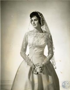 All brides imagine finding the ideal wedding day, however for this they need the best wedding gown, with the bridesmaid's dresses complimenting the wedding brides dress. These are a variety of tips on wedding dresses. Save Money Wedding Tips. 1950 Wedding Dress, Wedding Dress Trends, Dream Wedding Dresses, Vintage Wedding Photos, Vintage Bridal, Vintage Weddings, Country Weddings, Lace Weddings, Beautiful Wedding Gowns