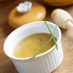 Zelf Honing mosterd saus maken: Honing mosterd saus is heerlijk over een salade, broodje warme beenham of elk ander stukje varken. Super makkelijk in de bereiding en ideaal voor barbecues