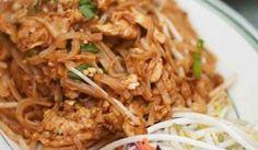 La liste d'ingrédients est peut-être longue mais ce pad thaï est conçu à partir d'ingrédients que vous avez sûrement déjà. Ce met est abordable et délicieux et donne aux soirées ordinaires une allure spéciale.  | Le Poulet du Québec