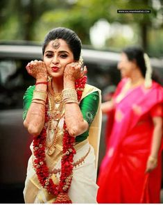 Unique &Trending Varmala Designs for upcoming Wedding Season couple indian Indian Wedding Couple Photography, Indian Wedding Photos, Bride Photography, Indian Wedding Sarees, Bridal Sarees South Indian, Indian Wedding Bride, Tamil Wedding, Kerala Bride, Hindu Bride