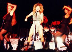 """Artista: Tina Turner. Data: 7 d'octubre del 1990. Lloc: Pàrquing del Prat d'Escaldes-Engordany. El concert de la Turner va fer aigües, mai millor dit. La pluja va entelar l'actuació que va oferir a Andorra la 'reina del rock' i aquella nit no van brillar les estrelles. Com assenyala Josep Maria Ubach  """"va ser un concert desangelat, amb poc caliu i gent"""". Tan poc públic que Gerard Grau, qui va portar la cantant amb l'ajuda d'una subvenció de Govern, comenta que """"la Tina es devia pensar que…"""