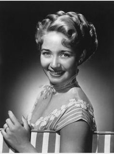 JANE POWELL -- What a voice this child had. I heard her and Ezio Pinza sing. I was a youngster at the time but still was impressed by her. She was one of my favorite actresses. Golden Age Of Hollywood, Hollywood Stars, Classic Hollywood, Vintage Hollywood, Hollywood Glamour, Jane Powell, Michelle Pfeiffer, Old Hollywood Actresses, Actors & Actresses